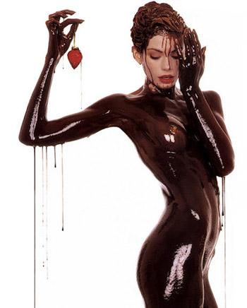 Девушка облита шоколадом!