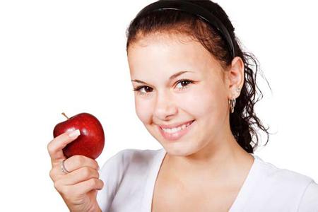 Девушка с яблоком!